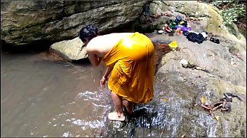 Με την Ινδή γυναίκα του δίπλα στου καταρράκτες