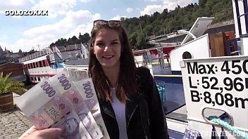 Ο όμορφος Ρώσος κάνει σεξ για χρήματα στο δρόμο
