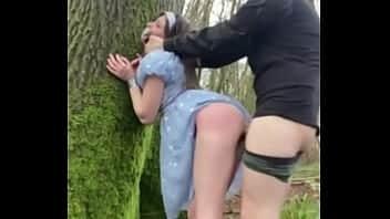 Παίζοντας στο δάσος με τη φίλη μου σπάζω το μουνί της