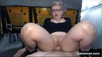 Η γιαγιά μέσα στο βαν