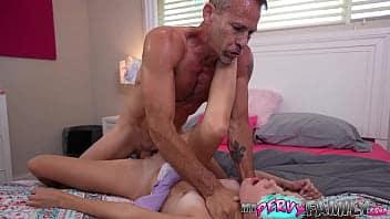 Σφιχτομούνα έφηβη τον τρώει από τον πατριό της